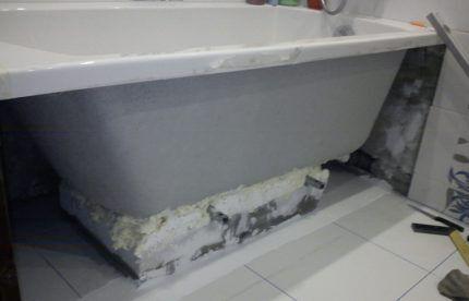 Установка ванной на кирпичи