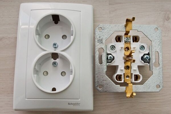 8f661e5275a1 Шаг 2  Для проведения установки надо отделить лицевую панель от механизма  устройства, банально развинтив фиксирующие шурупы