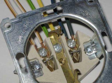 Установка провода в контактные отверстия