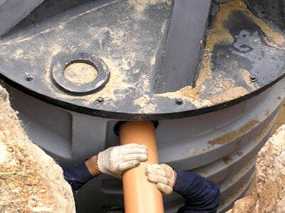 Подсоединение трубы к пластиковому корпусу