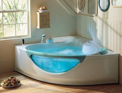 Получает Удовольствие В Ванной Под Теплыми Струями Воды