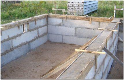 Бассейн из бетонных блоков
