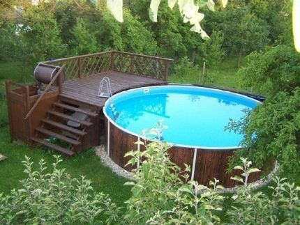 Открытый бассейн с площадкой