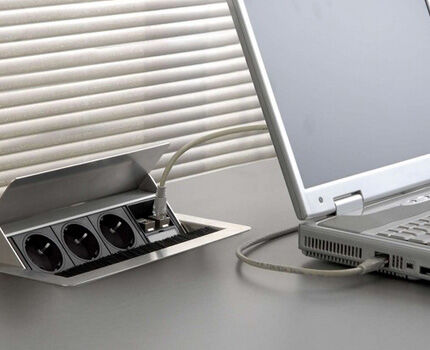 Swivel recessed socket