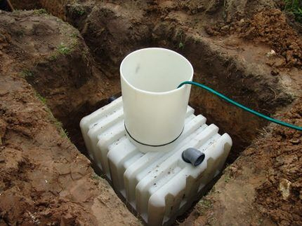 Installed in the pit body septic tank
