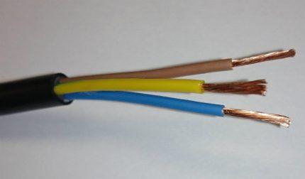 Три жилы токоведущего провода