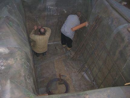 Подиэтиленовая гидроизоляция в котловане под септик из бетона
