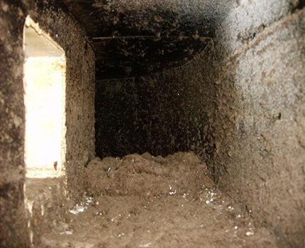 Загрязненная вентиляционная шахта многоквартирного дома