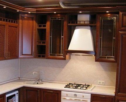 Алюминиевая гофра на фоне дорогого кухонного гарнитура