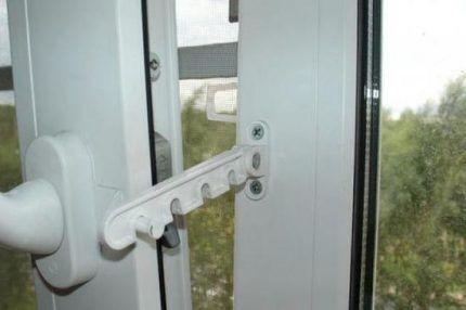 Фурнитура для проветривания окна