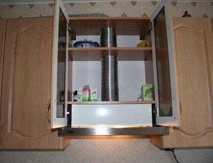 Встроенный воздуховод для вытяжки на кухне