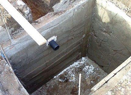 Бетонное основание ямы