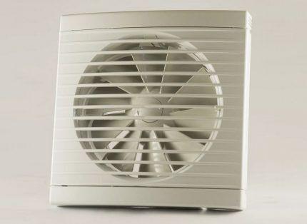 Вентилятор для устройства вытяжки в курятнике