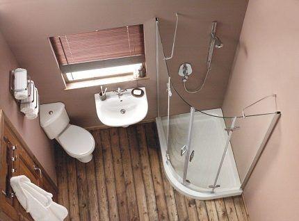 Ванная комната с угловым унитазом