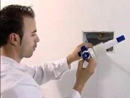 Демонтаж кнопки смыва инсталляции