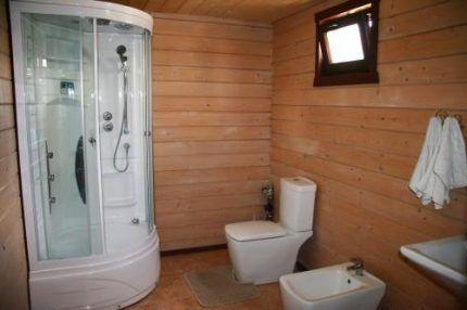 Санузел в деревянном дачном домике