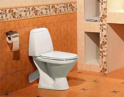 Компактный унитаз в туалете