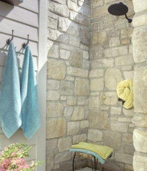 Летний душ у стены дома