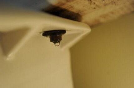 Что делать с унитазом если течёт вода