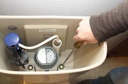 Как сантехники устраняют течь в унитазе