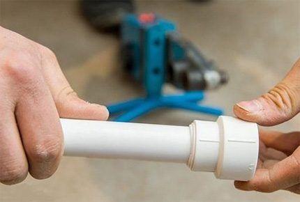 Пластиковая труба в спайке с фитингом