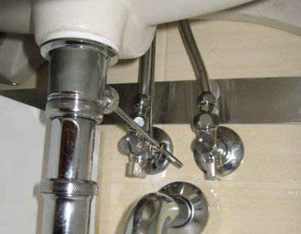 Соединение подводки с трубами подачи воды