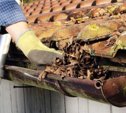 Механическая прочистка водосточных желобов