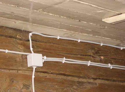 Закрепление электрокабелей на скобах