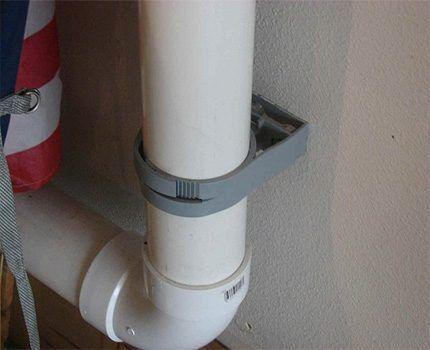 Крепление пластикового воздуховода при помощи хомута