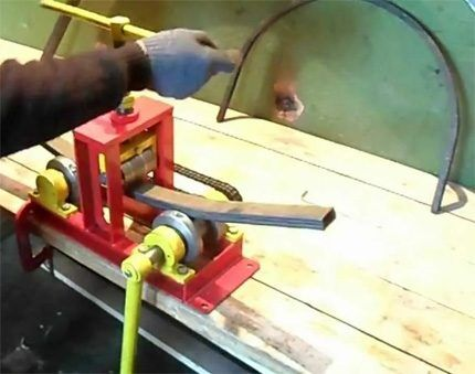 Процесс сгибания трубы
