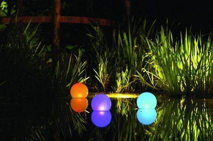 Подсветка пруда солнечными светильниками