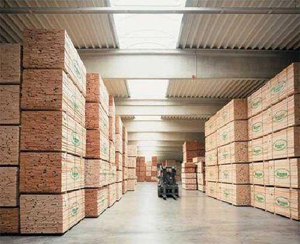 Штабеля продукции на складе пиломатериала