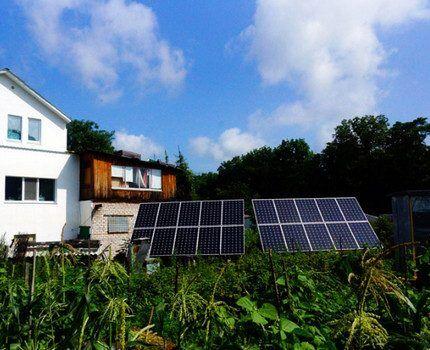Солнечные батареи во дворе дома