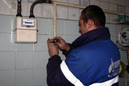 Работник горгаза, проводящий проверку счетчика