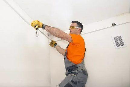 Монтаж электропроводки по потолку в квартире своими руками