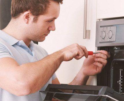 Газовщик устанавливает плиту