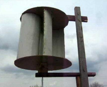 Вертикальный ветрогенератор на деревянной мачте