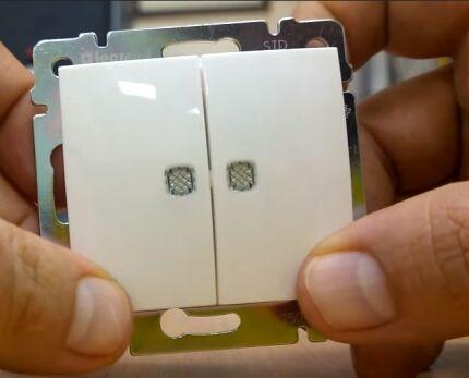 Передняя панель двухклавишного проходного переключателя
