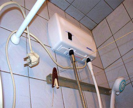 Установленный под потолком водонагреватель