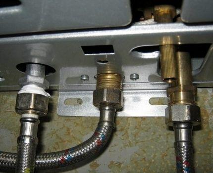 Пример подключения труб к смесителю