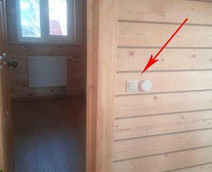 Беспроводной выключатель на деревянной стене