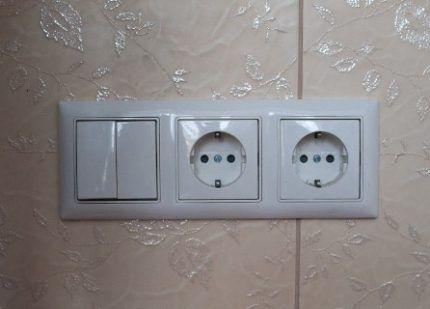 Блок розеток с двухклавишным выключателем