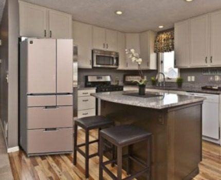 Холодильник Hitachi на кухне
