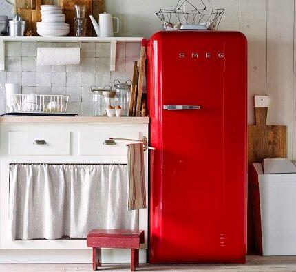 Холодильник в ретро стиле на кухне