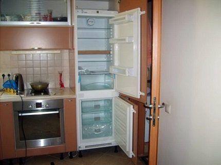 Холодильник в процессе разморозки