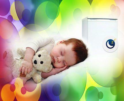 Ребенок спит возле холодильника