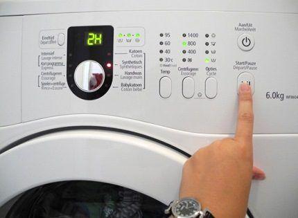 Кнопка запуска стирки в устройстве