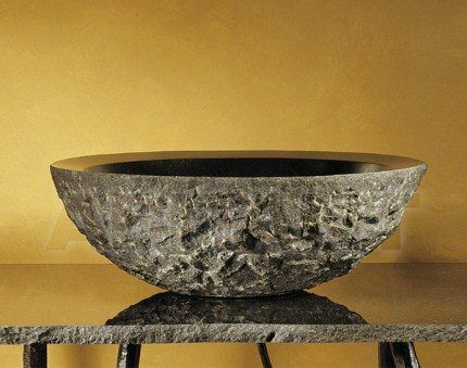 Раковина из природного камня на столешнице