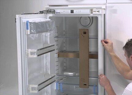 Ремонт провисающей дверки холодильника