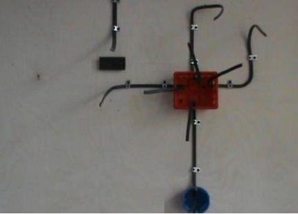 Распределительная коробка с проводами